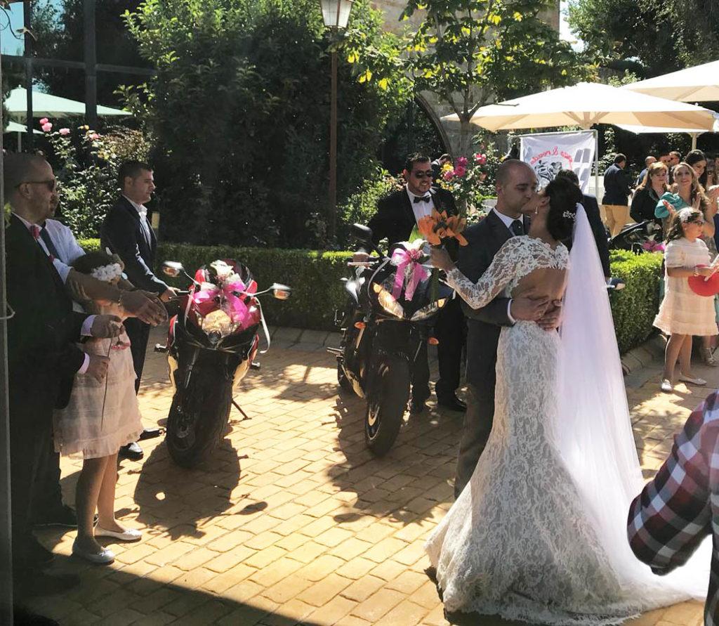 una boda a todo gas beso