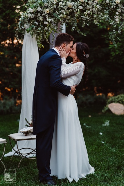 boda llena de romanticismo beso