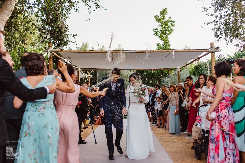 tirando arroz tras la boda civil
