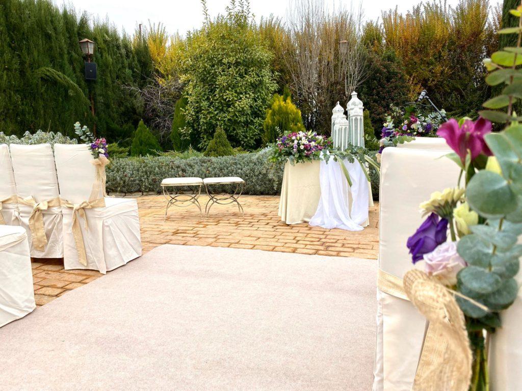 vista general de los jardines en una boda cargada de emociones