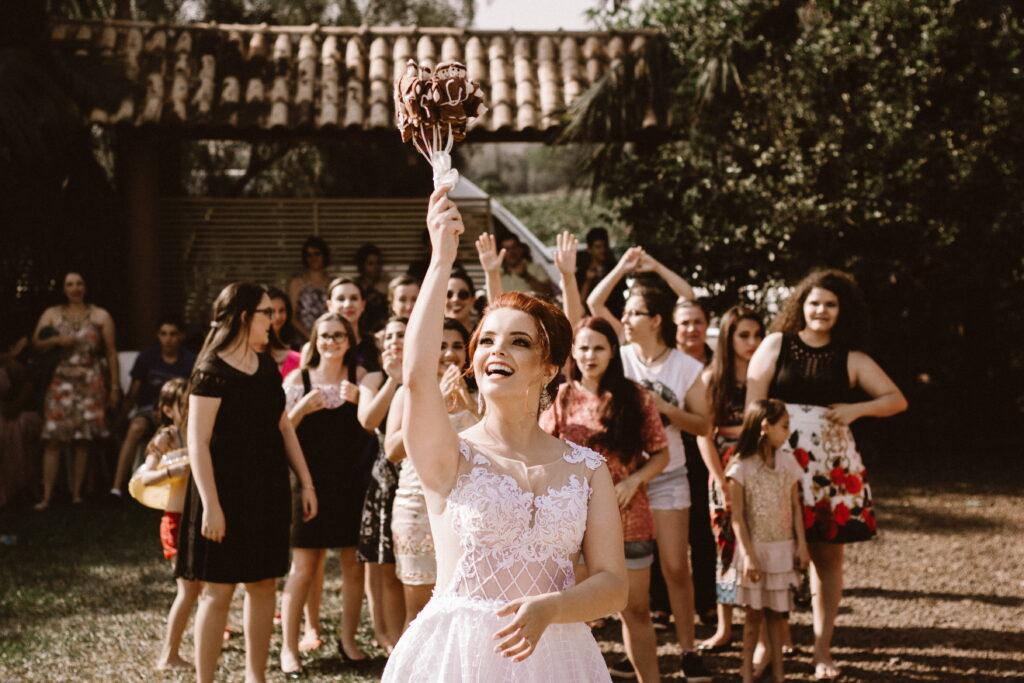 por qué la novia lanza el ramo en la boda
